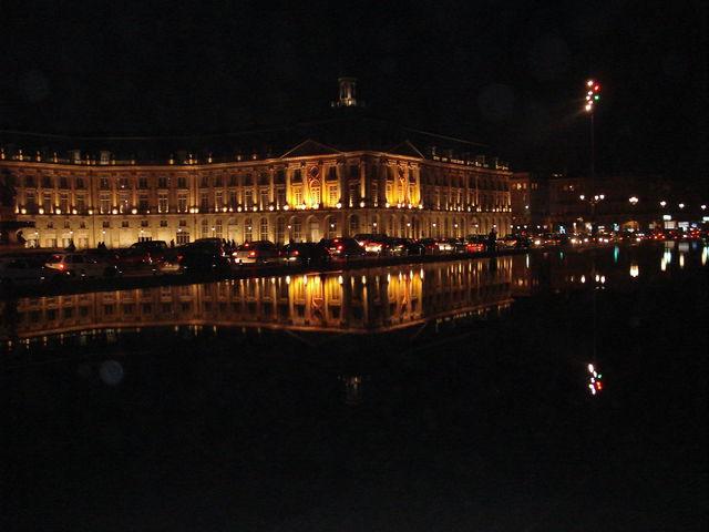 Bâtiments se relétant dans le miroir à Bordeaux la nuit