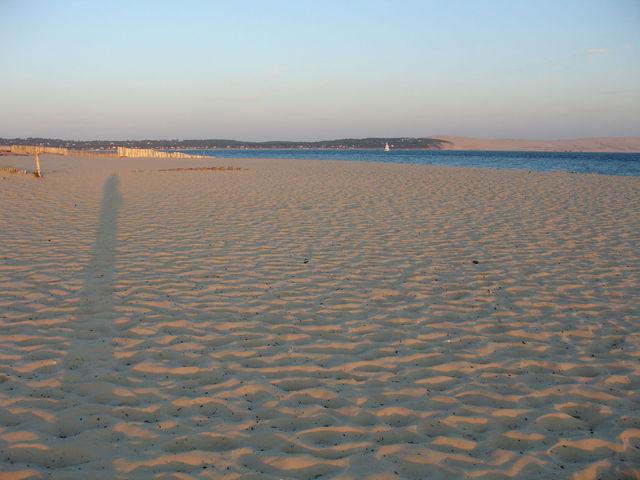 Mon ombre sur le sable au coucher du soleil au Cap Ferret