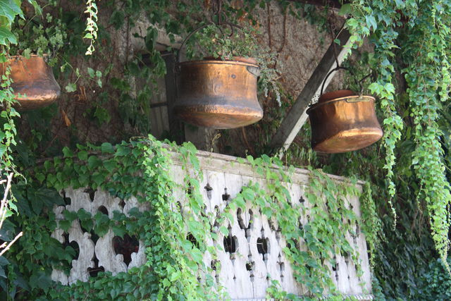 Chaudrons de cuivres suspendus au-dessus d'un balcon