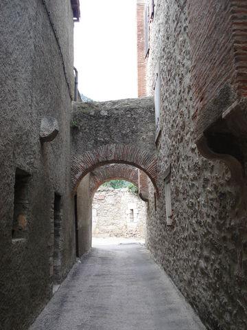 Ruelle avec des arches en travers dans un village fortifié