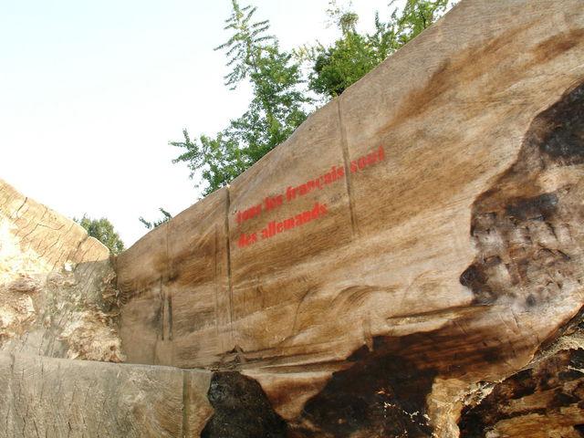 Tronc creusé, inscription d'un côté