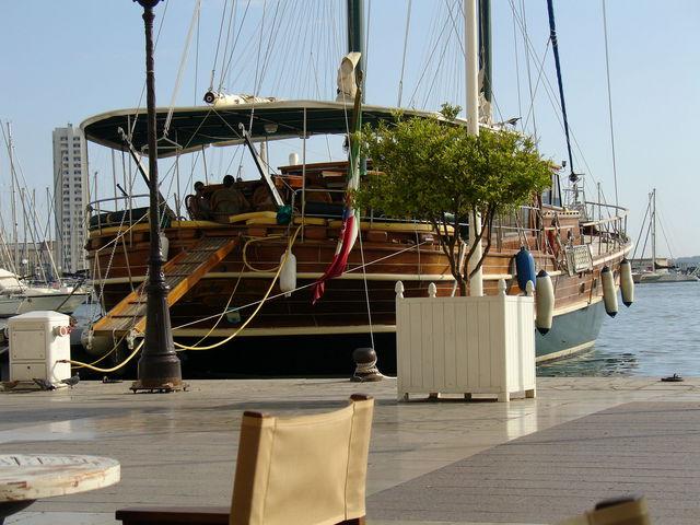 Bateau en bois, peint, à quai dans le port de Toulon