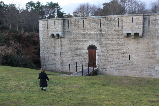 Petite fille allant vers la porte d'un chateau