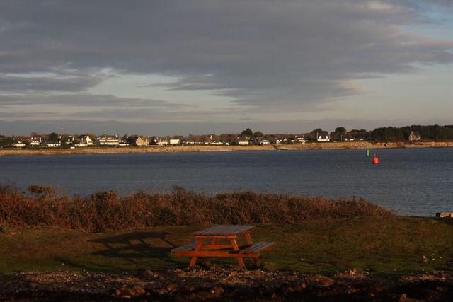 Table de picnic sur la côte
