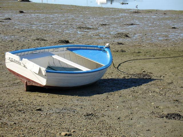Barque attachée sur la plage