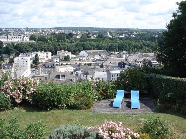 Chaises longues dans un jardin