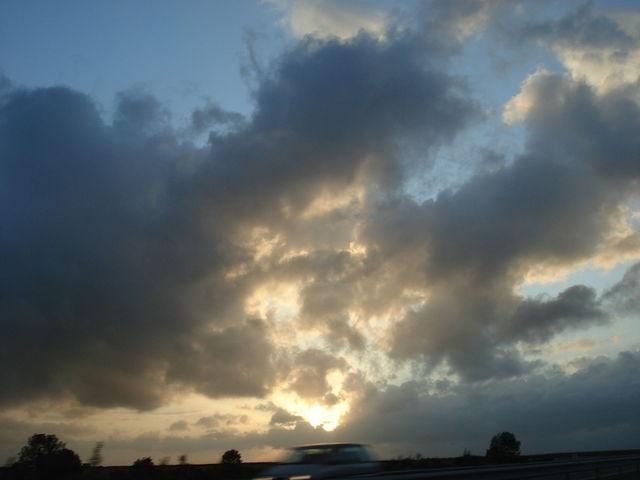 Ciel nuageux cachant un soleil bientôt couché