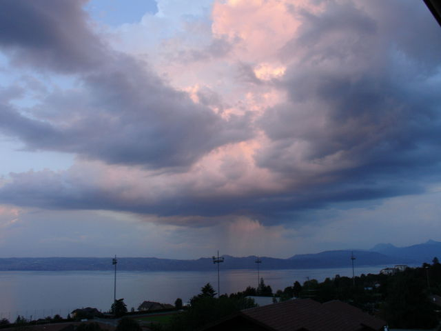 Ciel nuageux sur le lac Léman au coucher du soleil