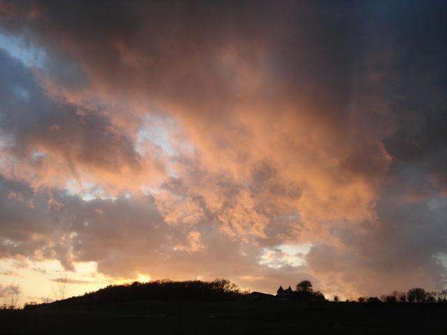 Nuages rougis par le coucher de soleil