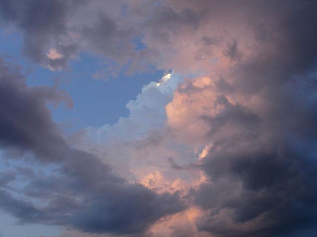 Détail du ciel nuageux sur le lac Léman au coucher du soleil