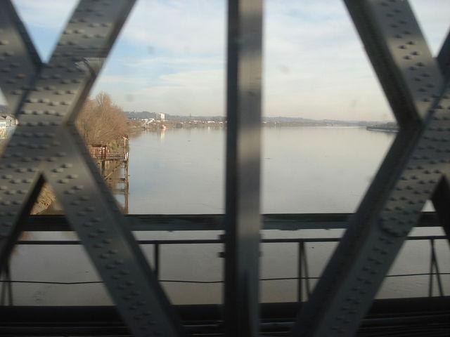 Pont de chemin de fer au dessus d'une grande rivière
