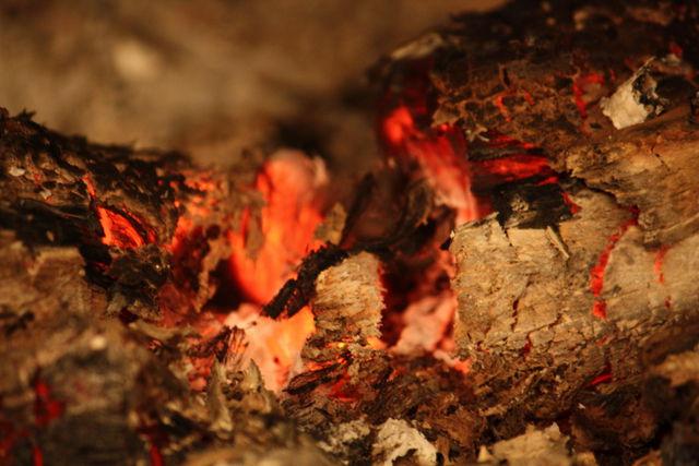 Braises dans une cheminée
