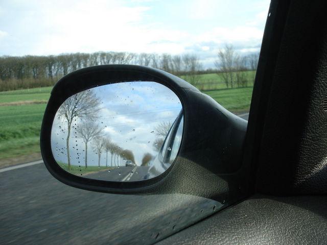 Reflet dans le rétroviseur de la voiture