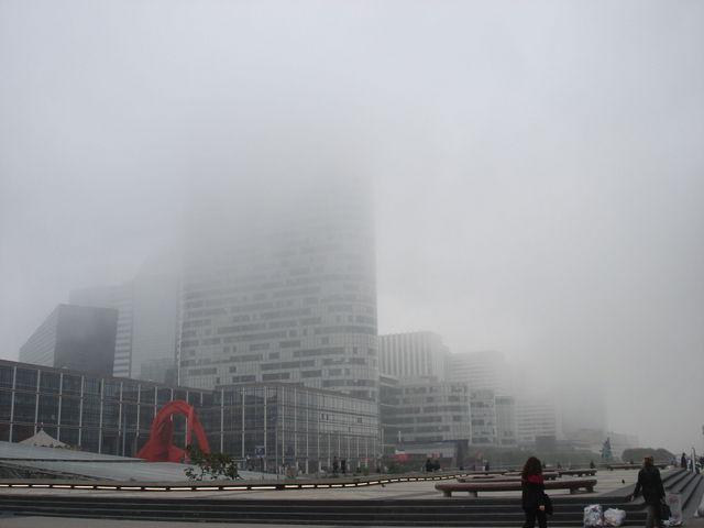 Coeur Défense dans le brouillard