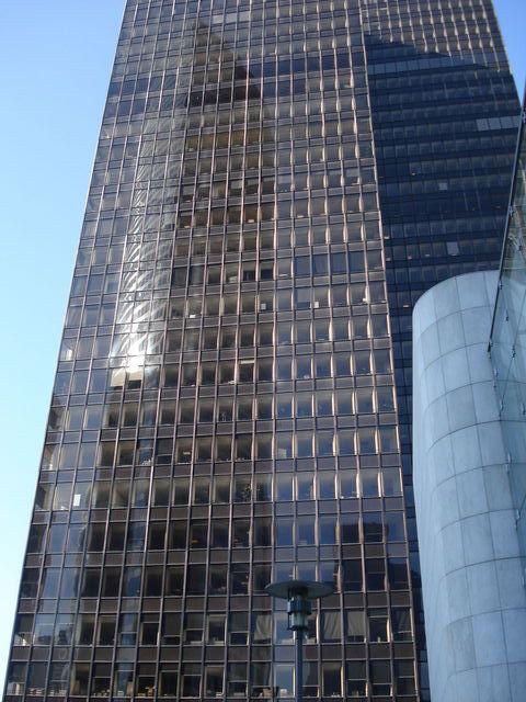 Tour Franklin avec le reflet de la tour EDF à La Défense