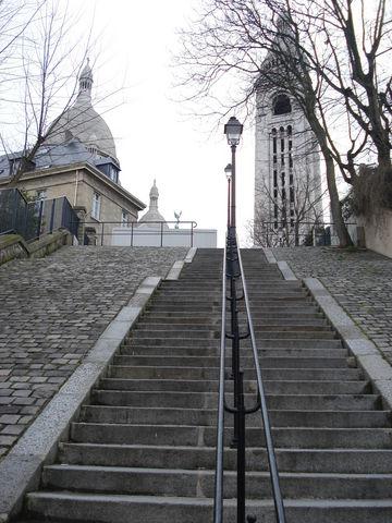 Un escalier menant au Sacré Coeur