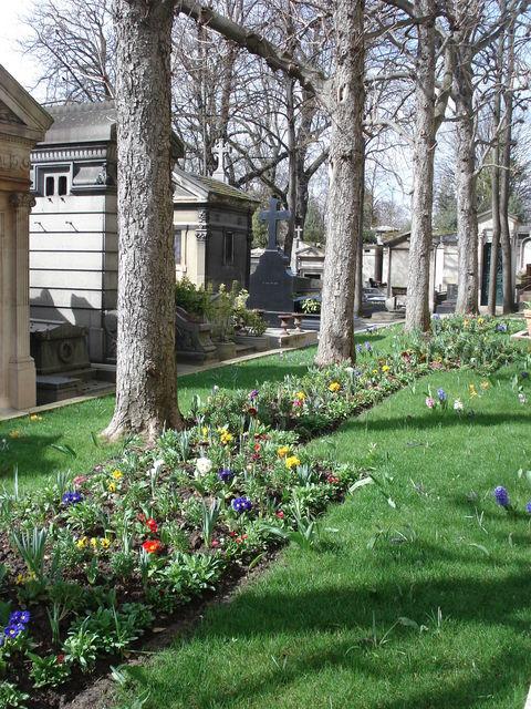 Parterre de fleurs au cimetière du Père Lachaise, à Paris