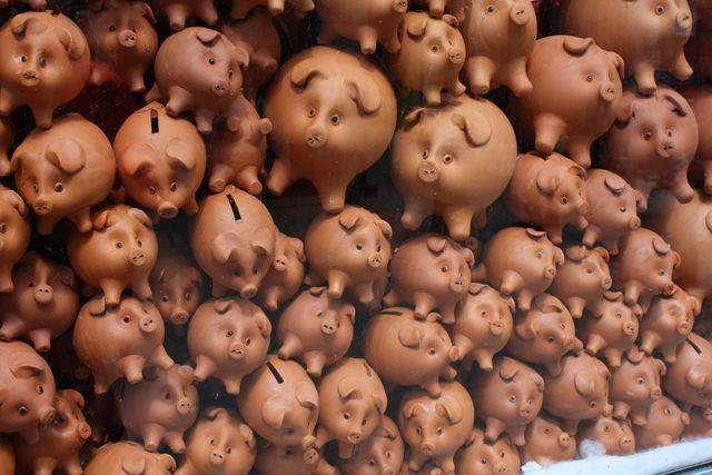 Tirelires en terre cuite en forme de cochons