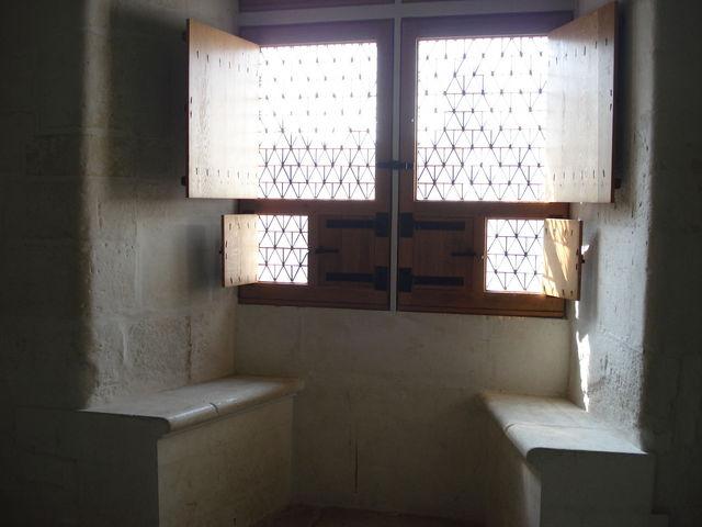 Bancs près d'une fenêtre dans le château de Nantes