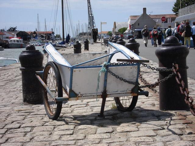 Remorque à vélo attachée à une bitte d'amarrage